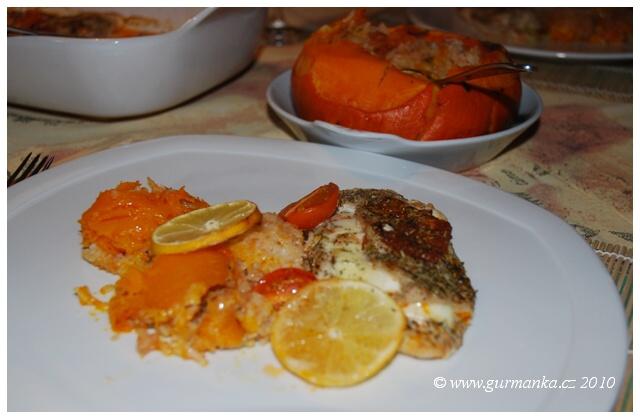 kuřecí plátky pečené s růžovým pestem a mozzarellou podávané s rýží pečenou v dýni 3