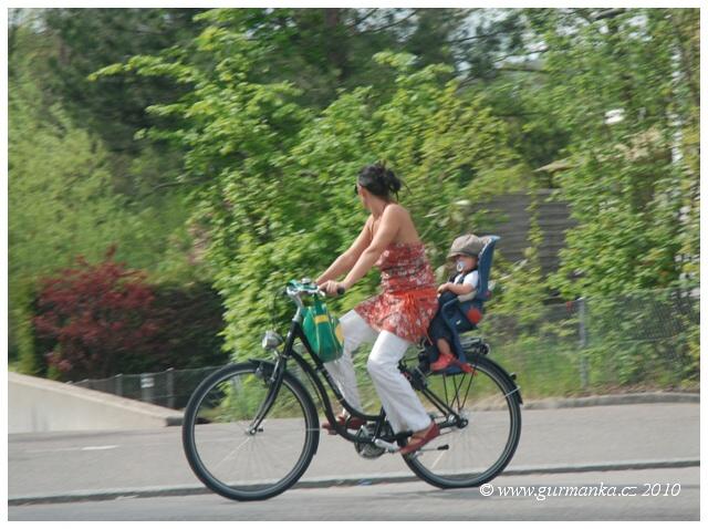 Svycarsko, rodinka na kole