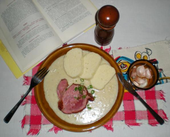 česneková omáčka s uzeným masem a kynutým knedlíkem