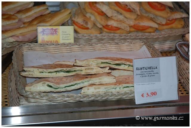 Itálie - pečivo s mozzarellou - sýrem - ricottou - rukolou