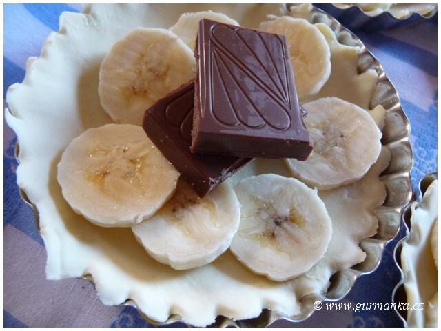 """""""pečení koláčků - tartaletek s banánem a čokoládou"""""""