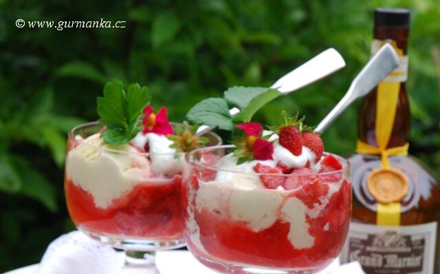 čerstvé jahody se šlehačkou
