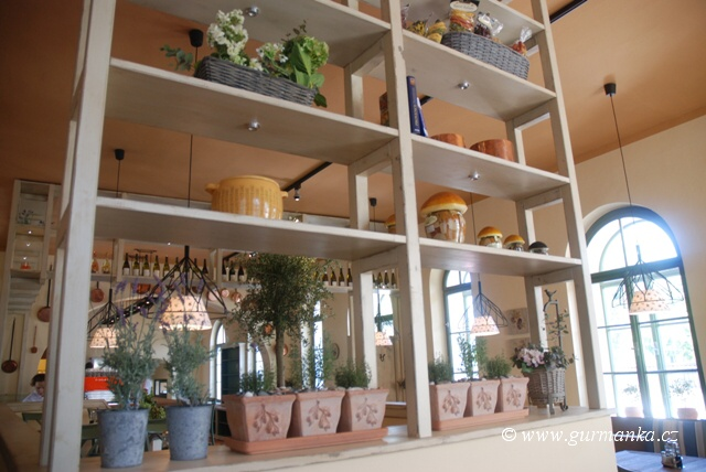 """interiér středomořské restaurace"""