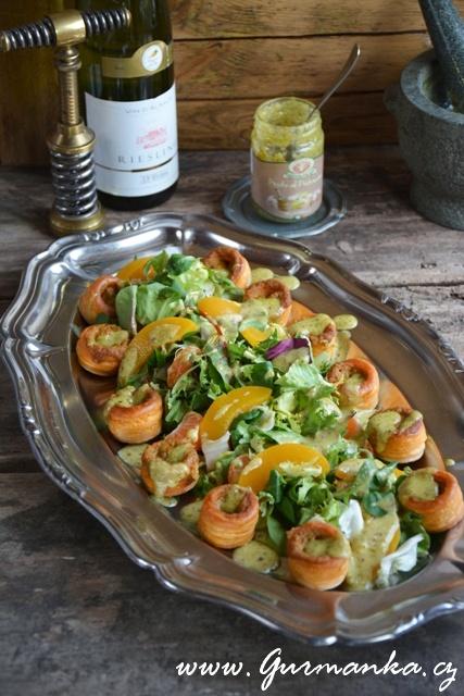salát s broskvemi a zálivkou z pistáciového pesta a broskvové šťávy, paštičky plněné fáší ze slávek