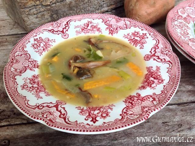 polévka se sladkými bramborami a houbami
