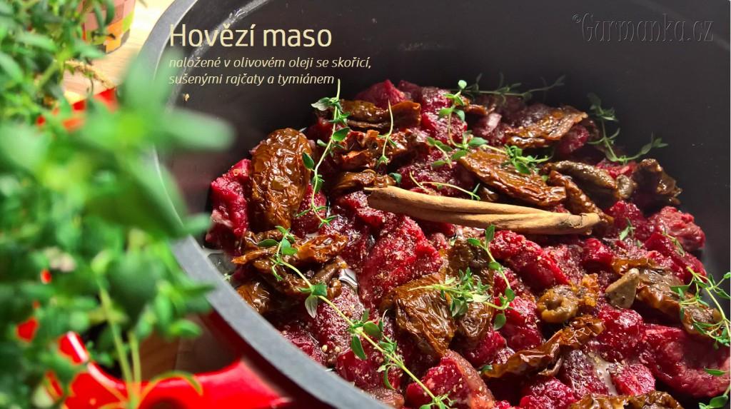 Hovězí maso naložené v olivovém oleji se skořicí, sušenými rajčaty a tymiánem