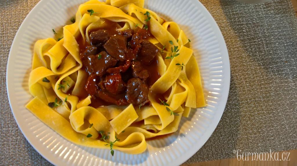 Hovezi dusené maso susena rajcata tymian02